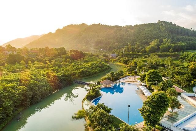 Một góc bể bơi Xanh Villas bên dòng suối Ngọc - Vua Bà